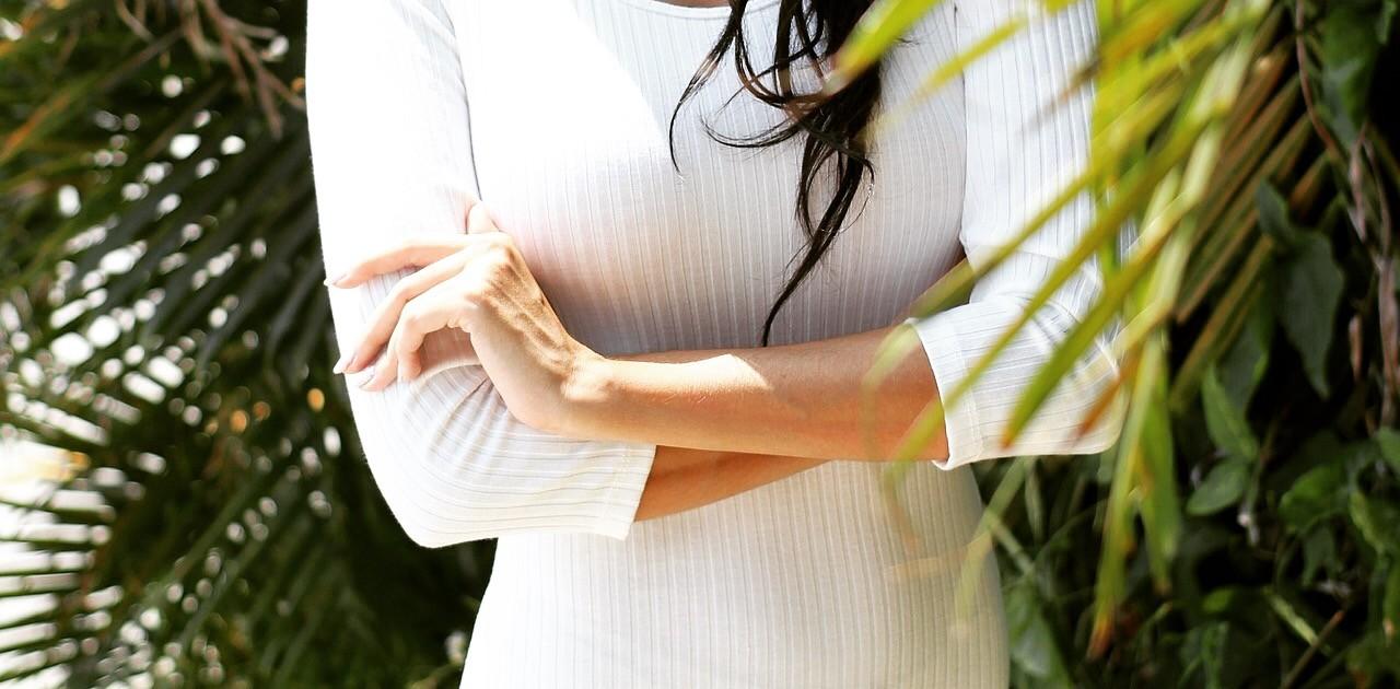 消毒薬を用いて肌の消毒を行う。二次感染を防ぐ為。脱毛をする部位に温めたワックス剤を塗布し、その上にワックス脱毛専用の不織布をあてて引きはがすのが一般的な手順である。また、ワックス剤にはソフトワックスとハードワックスがあり、施術部位より用途が異なる。 ブラジリアン部位にはワックス自体が冷えると固まり、毛と一緒に剥がすハードワックスを用いるのが世界標準の施術方法である。